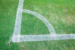 Grüner Eckrasen des Fußballplatzes Stockfotografie