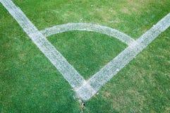 Grüner Eckrasen des Fußballplatzes, Ecke der Fußballneigung Stockfotos