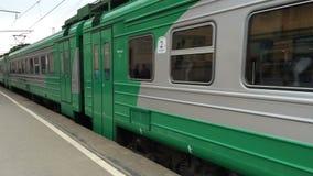 Grüner elektrischer Zug auf Eisenbahn stock video