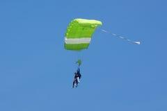 Grüner Fallschirm Stockfotos