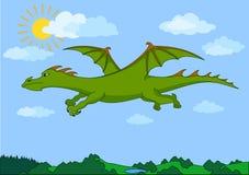 Grüner feenhafter Drache fliegt in den blauen Himmel Stockbild