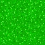 Grüner flüssiger kochender Trank mit transparenten Blasen (Beschaffenheitshintergrund) Stockbild