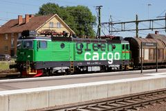 Grüner Frachtgüterzug Lizenzfreie Stockbilder
