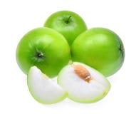 Grüner frischer Affeapfel mit den Scheiben lokalisiert auf weißem backgroun Lizenzfreies Stockbild