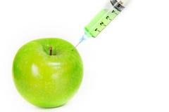 Grüner frischer Apfel mit Spritze Lizenzfreie Stockbilder