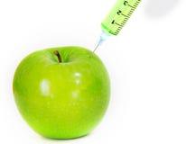 Grüner frischer Apfel mit Spritze Lizenzfreies Stockfoto