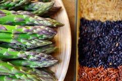 Grüner frischer Spargel und roter Reis Stockbild