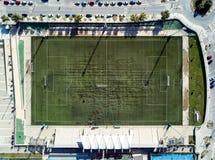 Grüner Fußball des Luftbildfotografies und regby Felder direkt vom oben genannten Panoramablick lizenzfreies stockbild