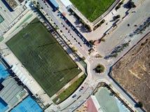 Grüner Fußball des Luftbildfotografies und regby Felder direkt vom oben genannten Panoramablick lizenzfreies stockfoto