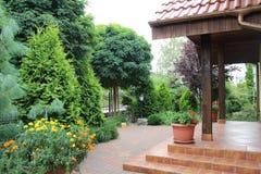 Grüner Garten im Sommer, Polen Lizenzfreies Stockfoto