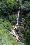 Grüner Gebirgsquellwasserwasserfall Lizenzfreies Stockfoto