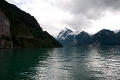 Grüner Gebirgssee in der Schweiz Stockfotografie