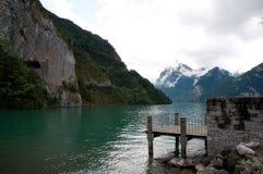 Grüner Gebirgssee und -anlegestelle in der Schweiz, Bezirk Uri Stockbilder