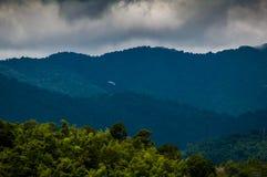 Grüner Gebirgswald in Thailand stockbild