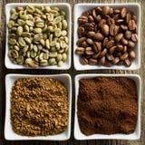 Grüner, gebratener, Grund- und sofortiger Kaffee lizenzfreies stockfoto