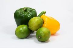 Grüner gelber grüner Pfeffer und grüne Zitrone auf weißem Hintergrund stockbilder