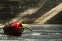 Grüner gelber roter Paprika/Pfeffer lokalisiert auf Schwarzem stockfoto