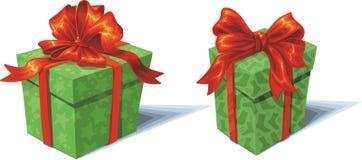 grüner Geschenkkasten des Weihnachten 2 mit einem roten Bogen auf einem whi Stockfoto