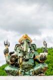 Grüner Gott-Statuenabschluß Ganesha hindischer oben auf natürlichem Hintergrund Stockfoto