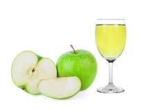Grüner Granny Smith Apfel und Saft auf Weiß Stockfoto