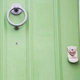 grüner Griff im rostigen Messingnagel antiker brauner Tür Londons Stockbilder