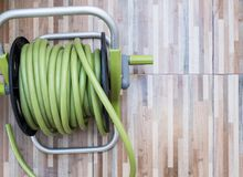 Grüner Gummischlauch im Plastikspulensatz Lizenzfreie Stockbilder
