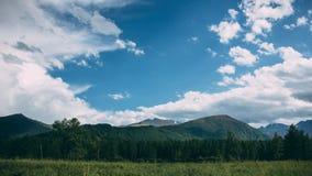Grüner Hügel auf Hintergrund ein blauer Himmel Lizenzfreie Stockfotos