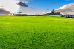 Grüner Hügel mit einem Schloss auf Spitzenglück mögen Bild Stockfotos