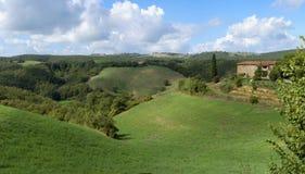 Grüner Hügel und Bauernhof stockfotografie