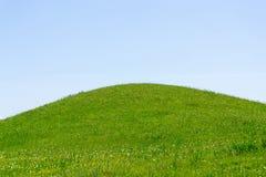 Grüner Hügel und Himmel stockbilder