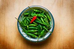 Grüner heißer Cayennepfeffer-Pfeffer auf hölzerner Tabelle Lizenzfreie Stockfotografie