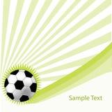 Grüner Hintergrund mit Fußballkugel Stockbilder
