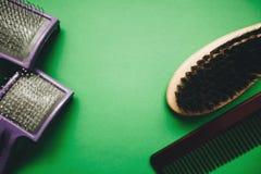 Grüner Hintergrund mit Pflegenwerkzeugen lizenzfreie stockfotografie