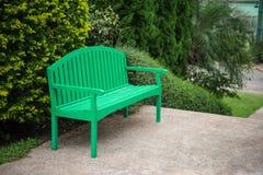 Grüner Holzstuhl im Garten Lizenzfreies Stockfoto