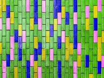 grüner Innenhintergrund der bunten vertikalen Backsteinmauer Stockfotos