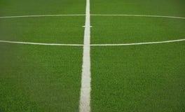 Grüner künstlicher Grasfußballplatz Stockfotos