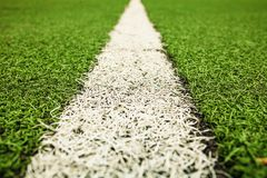Grüner künstlicher Grasfußballplatz Der grüne Hintergrund lizenzfreies stockfoto