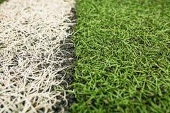 Grüner künstlicher Grasfußballplatz Die weiße Linie auf einem grünen Fußballplatzhintergrund lizenzfreie stockfotos