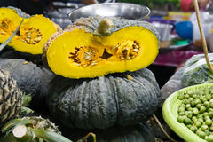 Grüner Kürbis mit orange Masse Stockfotografie