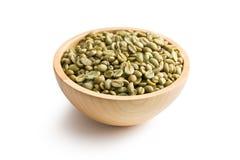 Grüner Kaffee in der hölzernen Schüssel Lizenzfreie Stockbilder