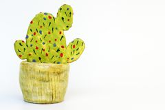 Grüner Kaktus von der Keramik Stockfotos