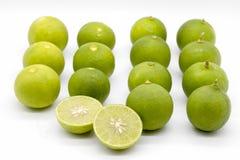 Grüner Kalk mit weißem Hintergrund, asiatische Zitrone, rudern grünen Kalk Stockbild