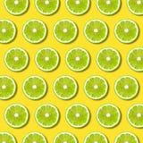 Grüner Kalk schneidet Muster auf vibrierendem gelbem Farbhintergrund lizenzfreie abbildung