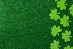 Grüner Klee oder Shamrocks auf grünem Hintergrund Stockfoto