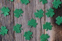 Grüner Klee oder Shamrocks auf rustikalem Holz Lizenzfreies Stockbild