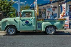 Grüner Kleintransporter Main Street, Seligman auf historischem Route 66, Arizona, USA, am 22. Juli 2016 Stockfotos