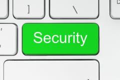 Grüner Knopf mit Sicherheitswort auf der Tastatur Stockfoto