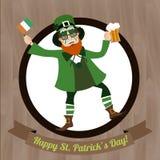 Grüner Kobold mit Bier und irischer Flagge Heiliges Patricks-Tag feiernd Stockfoto
