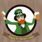 Grüner Kobold mit Bier und irischer Flagge Heiliges Patricks-Tag feiernd Lizenzfreies Stockfoto