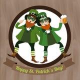 Grüner Kobold zwei mit Bier und irischer Flagge Heiliges Patricks-Tag feiernd Lizenzfreies Stockfoto